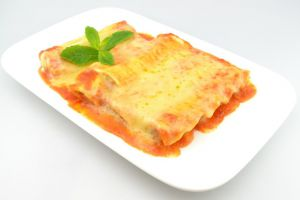 Mit Käse überbackene Cannloni in leckerer Tomatensauce