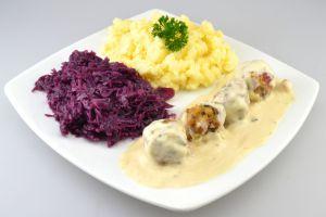 4 Köttbullar-Hackbällchen in Rahmsauce zu frischem Kartoffelpüree und Rotkohl