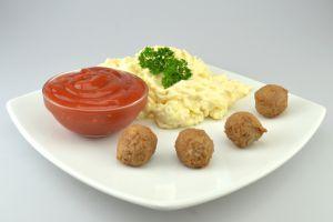 Würzige Hackbällchen mit Salat