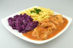 haehnchen-gulasch-rotkohl-spaetzle-