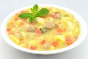 Kartoffelsuppe mit Wurzelgemüse und Hackbällchen