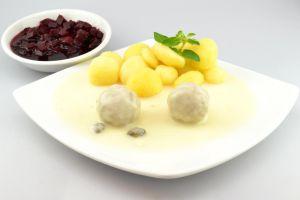 2 Königsberger Klopse mit frischen Kartoffeln und leckerer Roter Beete