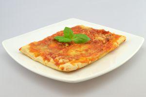Pizzaschnitte Margherita mit Tomaten und Käse überbacken